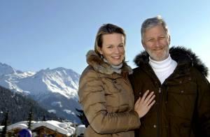 Philippe et Mathilde de Belgique heureux avec leurs enfants sur la neige suisse