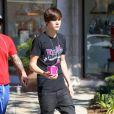 Justin Bieber sort d'un café du centre commercial The Commons, à Calabasas, le jeudi 23 février 2012.