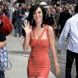 Katy Perry formidablement moulée dans une robe corail Hervé Léger nous donne des envies d'été