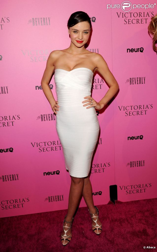 Le top Miranda Kerr sait comment briller sans artifices : enfiler une robe bustier, blanche, Hervé Léger