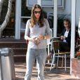 Alessandra Ambrosio, enceinte, va déjeuner avec ses amies dont la belle Bar Refaeli, à Los Angeles, le 24 février 2012