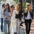 Alessandra Ambrosio, enceinte, va déjeuner entre amis, à Los Angeles, le 24 février 2012