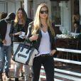 La belle Bar Refaeli est allée déjeuner avec Alessandra Ambrosio, enceinte, à Los Angeles, le 24 février 2012