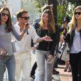 Alessandra Ambrosio, enceinte, va déjeuner avec ses amies dont Bar Refaeli, à Los Angeles, le 24 février 2012