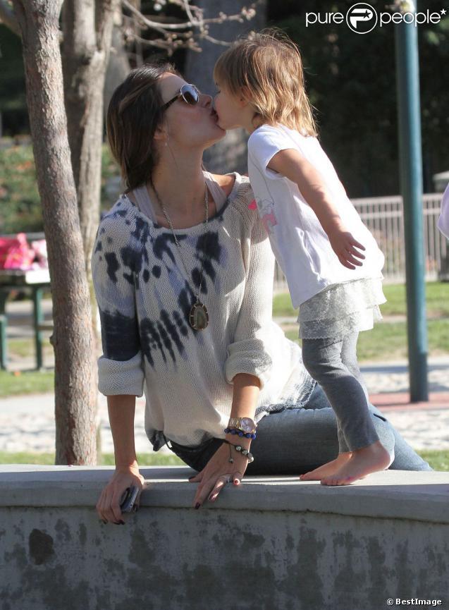 Tendre moment de complicité entre Alessandra Ambrosio et sa fille Anja dans un parc de Los Angeles le 1er mars 2012