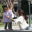 Alessandra Ambrosio s'est amusée avec Anja dans un parc, sous le soleil de Los Angeles. Le 1er mars 2012
