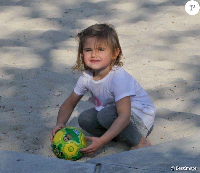 La fille d 39 alessandra ambrosio joue au foot sous le soleil - Fille joue au foot ...