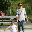 Alessandra Ambrosio, enceinte, profite de sa fille Anja dans un parc, sous le soleil de Los Angeles. Le 1er mars 2012