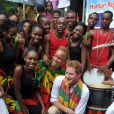 Le prince Harry dans avec les jeunes pensionnaires du projet Rise Life à Kingston le 6 amrs 2012