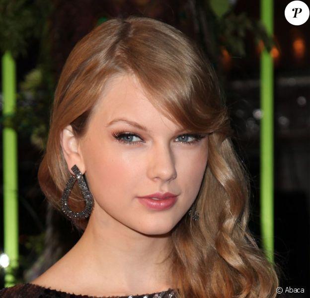 La douce Taylor Swift et ses cheveux soyeux, première composante de la possible femme idéale. Nashville, novembre 2011.