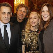 Carla Bruni fidèle à son anti-look alors que Nicolas Sarkozy honore la mode