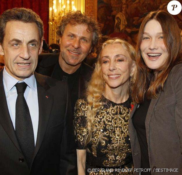Nicolas Sarkozy, Renzo Rosso, Franca Sozzani et Carla Bruni à l'Élysée. Le président a décoré onze personnalités du monde des  arts et du  spectacle, le 14 mars 2012.