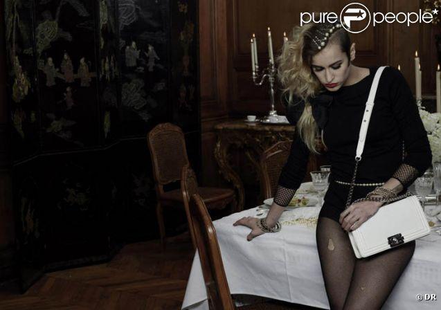 Alice Dellal, shootée par Karl Lagerfeld pour le sac Boy de Chanel.