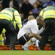Williams Gallas effondré auprès de Fabrice Muamba, victime d'un arrêt cardiaque le 17 mars 2012 lors d'un match entre Bolton et Tottenham