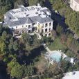 Vue d'ensemble. Michael Jackson avait emménagé en 2008, après la vente de Neverland, à Holmby Hills, sur North Carolwood Drive. La propriété a de nouveau été mise en vente en mars 2012 pour 23,9 millions de dollars (18 millions d'euros).