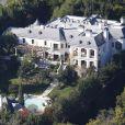 Michael Jackson avait emménagé en 2008, après la vente de Neverland, à Holmby Hills, sur North Carolwood Drive. La propriété a de nouveau été mise en vente en mars 2012 pour 23,9 millions de dollars (18 millions d'euros).