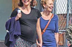 Maggie Gyllenhaal, très enceinte : promenade avec sa mère en attendant bébé