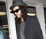 Russell Brand sort d'un salon de tatouages à Los Angeles le 24 mars 2012
