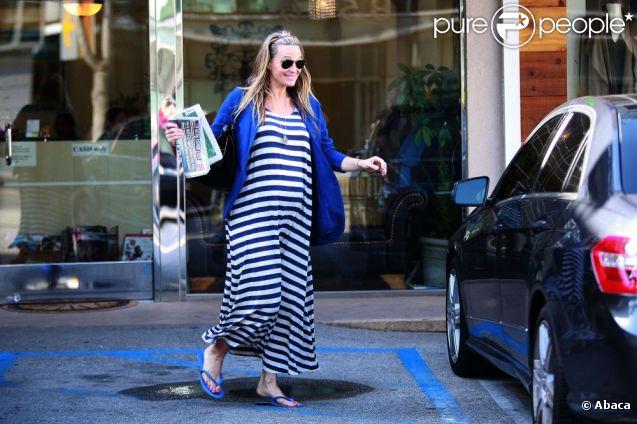 Molly Sims, souriante à la sortie du salon de beauté Bella Nails à West Hollywood, le 26 mars 2012.