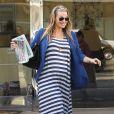 Molly Sims, radieuse dans sa robe rayée, s'est refait une beauté au salon Bella Nails à West Hollywood, le 26 mars 2012.