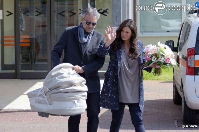 Andrea Bocelli et sa compagne Veronica Berti le 24 mars 2012 à la sortie de l'hôpital pédiatrique d'Apuano, à Montepepe, province toscane de Massa, avec leur bébé Virginia, petite fille née le 21 mars.