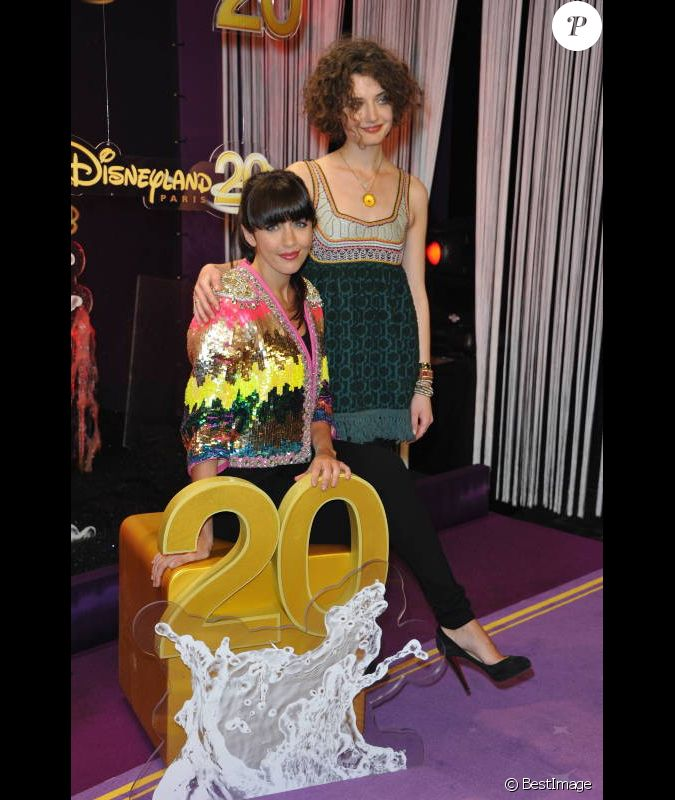 nolwenn leroy et sa soeur kay lors de la c l bration du 20e anniversaire de disneyland paris. Black Bedroom Furniture Sets. Home Design Ideas
