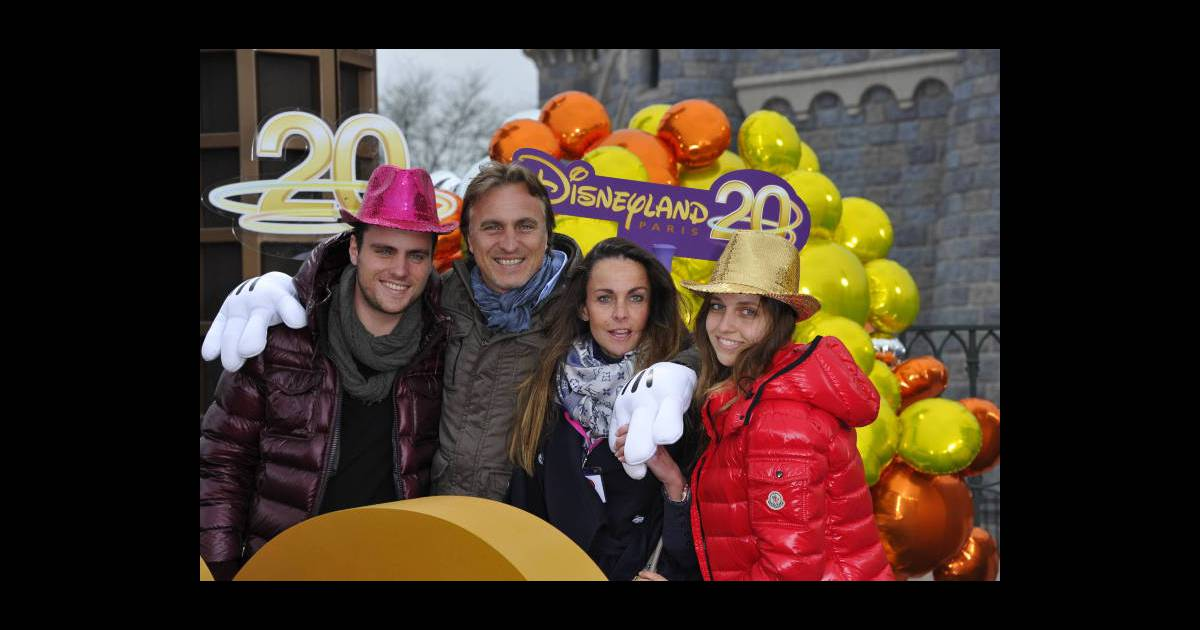 david ginola avec son pouse coraline et leurs deux enfants lors de la c l bration du 20e. Black Bedroom Furniture Sets. Home Design Ideas