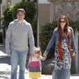 Déjeuner en famille pour Alyson Hannigan, enceinte, accompagnée de son mari Alexis Denisof et de leur fille Satyana. Santa Monica, le 1er avril 2012.