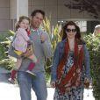 Déjeuner en famille pour Alyson Hannigan, accompagnée de son mari Alexis Denisof et de leur fille Satyana. Santa Monica, le 1er avril 2012.