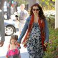 Alyson Hannigan, enceinte, et son adorable Satyana prennent l'air à Santa Monica. Le 1er avril 2012.