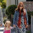 Alyson Hannigan, enceinte, mène sa petite famille sous le soleil de Santa Monica pour déjeuner. Le 1er avril 2012.