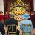 La reine Elizabeth II et le duc d'Edimbourg en visite à l'école Krishna Avanti de Harrow le 29 mars 2012.