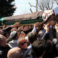 Une foule nombreuse a rendu hommage à la princesse Neslisah, dernière sultane de la dynastie ottomane, lors de ses funérailles le 3 avril 2012 à la mosquée du palais Yildiz à Istanbul (Turquie), au lendemain de sa mort à l'âge de 91 ans.