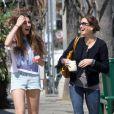 Teri Hatcher et sa jolie fille Emerson font un supermarché à Los Angeles, le 6 avril 2012