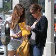 Teri Hatcher et sa fille Emerson font un supermarché à Los Angeles, le 6 avril 2012