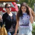 Teri Hatcher et sa fille Emerson font des courses à Los Angeles, le 6 avril 2012