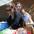 Teri Hatcher et sa fille Emerson font un supermarché à Los Angeles et s'amusent, le 6 avril 2012