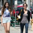 Teri Hatcher et sa fille Emerson, souriantes, font un supermarché à Los Angeles, le 6 avril 2012