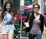 Teri Hatcher et sa fille Emerson, souriantes, font un supermarché à Los Angeles, le 6 avril 2012