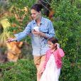 Exclusif : Katie Holmes et Suri donnent à manger à des canards dans un parc de la Nouvelle Orléans le 28 mars 2012.
