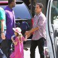 Exclusif : Le 1er avril 2012, Katie Holmes ravissante avec son mari Tom Cruise, leur petite Suri, les grands-parents et le fils aîné de Tom, Connor.