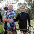Nicolas Sarkozy profite de son lundi de Pâques pour s'offrir une longue randonnée à vélo à travers la campagne varoise et aller à la rencontre d'autres cyclistes le 9 avril 2012