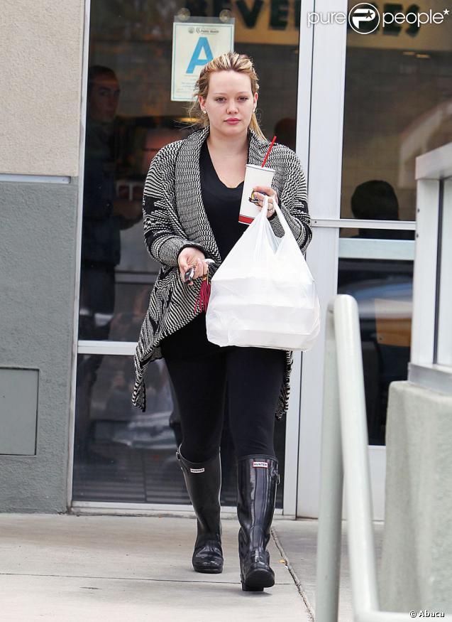A la sortie de son cours de pilates, Hilary Duff est allée chez Zanku Chicken pour récupérer un plat à emporter. Los Angeles, le 12 avril 2012.