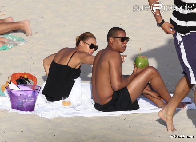 Moment de détente au soleil pour les amoureux Jay-Z et Beyoncé sur une plage de Saint-Barthelemy, le 9 avril 2012. Le couple est venu en vacances en compagnie de sa petite Blue Ivy.