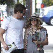 Drew Barrymore tente de cacher un ventre bien rond aux côtés de son fiancé