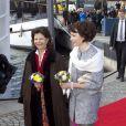 Le roi Carl XVI Gustaf et la reine Silvia de Suède en visite de l'école suédo-finlandaise de Stockholm avec le président de la Finlande Sauli Niinistö et son épouse Jenni Haukio, le 18 avril 2012.