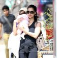 """Roselyn Sanchez le 22 avril 2012 à Los Angeles avec sa petite fille Sebella Rose Winter"""