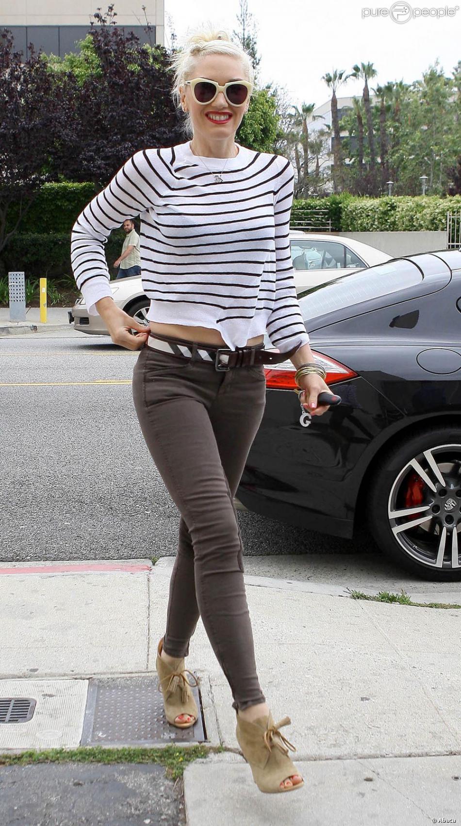 1d3ef1e3c5f4 Gwen Stefani, stylée avec un sweater A.L.C., un slim J Brand avec une ceinture  Burberry et des chaussures compensées à Santa Monica, le 30 avril 2012.