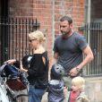 Naomi Watts et Liev Schreiber à vélo avec leurs fils Alexander et Samuel, New York, le 4 mai 2012.