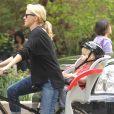 Naomi Watts à vélo avec l'un de ses fils, New York, le 4 mai 2012.